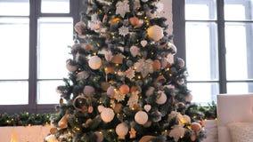 Garnering av jul på julgranen och gåvor på golv stock video