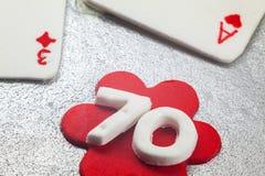 Garnering av kakan för födelsedag 70 Arkivbilder