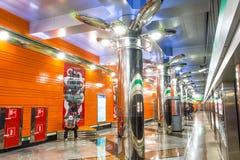 Garnering av korridoren, plattformen och rulltrappan i den nya stationsgångtunnelen Begovaya st för domkyrkacupolaisaac petersbur arkivfoton