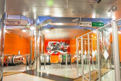 Garnering av korridoren, plattformen och rulltrappan i den nya stationsgångtunnelen Begovaya st för domkyrkacupolaisaac petersbur royaltyfri foto