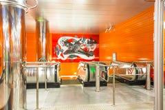 Garnering av korridoren, plattformen och rulltrappan i den nya stationsgångtunnelen Begovaya st för domkyrkacupolaisaac petersbur royaltyfri bild