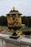 Garnering av räcket i den storslagna Peterhof slotten och den storslagna kaskaden Arkivfoto