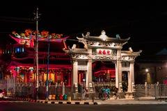 Garnering av taket Kinesisk drakestaty överst av den kinesiska templet royaltyfri fotografi