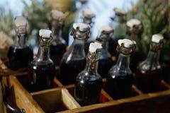 Garnering det gamla flaskvinet i ask Arkivbild