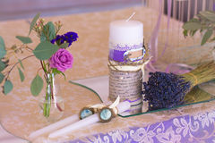 Garnering för att gifta sig tabellen i lilafärg Blommor och candl Royaltyfria Bilder