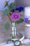 Garnering för att gifta sig tabellen i lilafärg Blommor och candl Fotografering för Bildbyråer