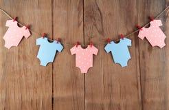 Garnering för baby shower på det wood skrivbordet Arkivfoto