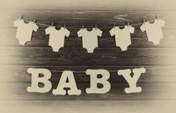 Garnering för baby shower på det wood skrivbordet Royaltyfria Foton
