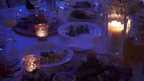 Garnering för banketttabell, stearinljus på banketttabellen lager videofilmer