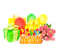 Garnering för födelsedagparti med rosblommor, kaka, ballonger, gi arkivfoto