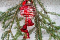 Garnering för jul eller för nytt år med granfilialer, boll med beträffande Royaltyfria Foton