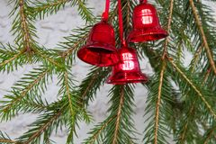 Garnering för jul eller för nytt år med granfilialer och röda klockor Royaltyfri Foto