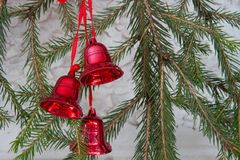 Garnering för jul eller för nytt år med granfilialer och röda klockor Royaltyfria Foton