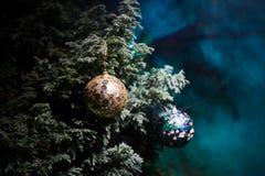 Garnering för jul och för det nya året på sörjer trädfilialen med ljus på bakgrunden på natten utomhus Begrepp av vintern arkivfoto