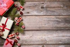 Garnering för jul och nytt år på en träbakgrund royaltyfri bild