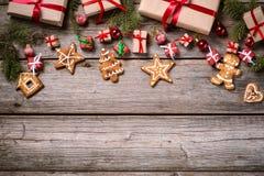 Garnering för jul och nytt år på en träbakgrund royaltyfria bilder