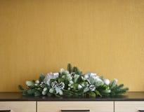 Garnering för julgranträd med grankottar och bollar arkivbilder
