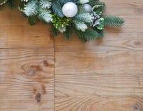 Garnering för julgranträd med grankottar och bollar royaltyfri bild