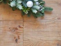 Garnering för julgranträd med grankottar och bollar arkivbild