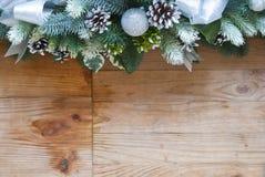 Garnering för julgranträd med grankottar och bollar royaltyfri fotografi