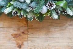 Garnering för julgranträd med grankottar och bollar arkivfoton
