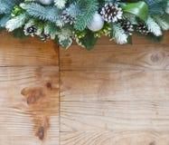 Garnering för julgranträd med grankottar och bollar royaltyfria foton