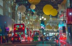 Garnering för julljus på den härskande gatan och massor av människor London royaltyfri fotografi
