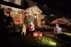 Garnering för julljus på ett hus arkivfoton
