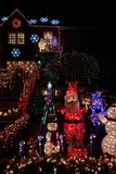 Garnering för julljus på ett hus arkivbild