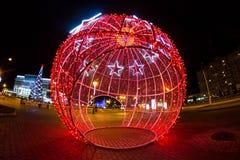 Garnering för nytt år i form av en ljus röd boll på gatan royaltyfri fotografi