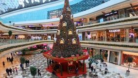 Garnering för nytt år med ett enormt julträd i den Vadistanbul shoppinggallerian, istanbul, Turkiet arkivfilmer
