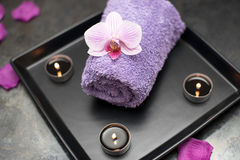 Garnering för skönhetsalong i massagerum, stearinljus, handduk och orch royaltyfria foton