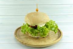 Garnering för stöttor för hamburgarenötköttost med grön sallad royaltyfri fotografi