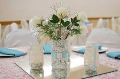 Garnering för tabell för blommavas Royaltyfri Fotografi