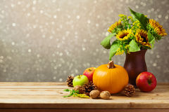Garnering för tabell för tacksägelseferie med solrosor och pumpa royaltyfria bilder