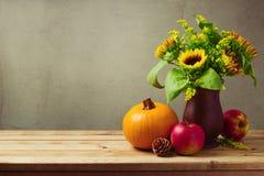 Garnering för tabell för tacksägelseferie med solrosor, pumpa och äpplen Arkivfoton