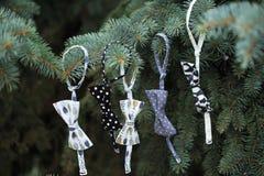 Garnering för träd för Ð-¡ hristmas med girlanden av bowtie Arkivfoton