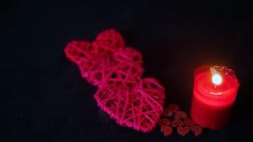 Garnering för valentindaglängd i fot räknat med stearinljusbränning och träförälskelse