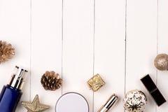 Garnering för vinterferie med kvinnaskönhetsmedelgåvan Lyckligt nytt y royaltyfri bild