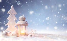 Garnering för vit jul med lyktan på den snöig tabellen royaltyfria foton