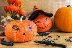 garnering halloween Slut upp av att måla en pumpa Arkivfoto
