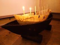 Garnering med det gamla träfartyget och stearinljuset i kyrkan av Herisau royaltyfri foto