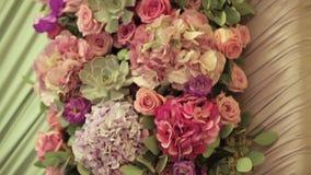 Garnering med nya blommor close upp stock video
