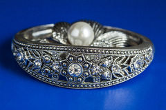 Garnering med pärlan och armbandet Arkivfoto