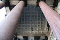 Garnering och kolonner för helgonIsaak Cathedral tak arkivfoton