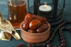 Garnering och mat av Ramadan Kareem ferie på träbakgrund arkivfoto