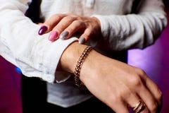 Garnering på flickans hand arkivfoto