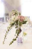 Garnering på tabellen från blommor arkivbilder