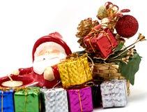 Garnering Santa Claus med gåvaasken Arkivfoton