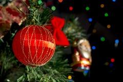 Garneringar av julgranen arkivfoto